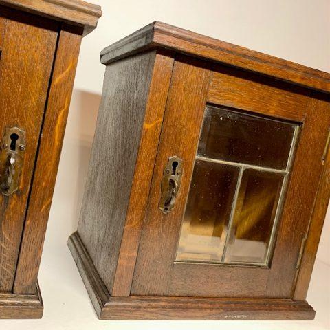 Ett par Mindre Väggskåp med fasettslipat dörrglas Retrolux antik