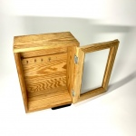 Nyckelskåp i trä med inramad glasdörr